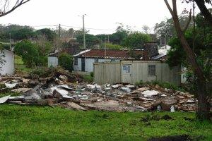Estes destroços estão, certamente, a contaminar o solo